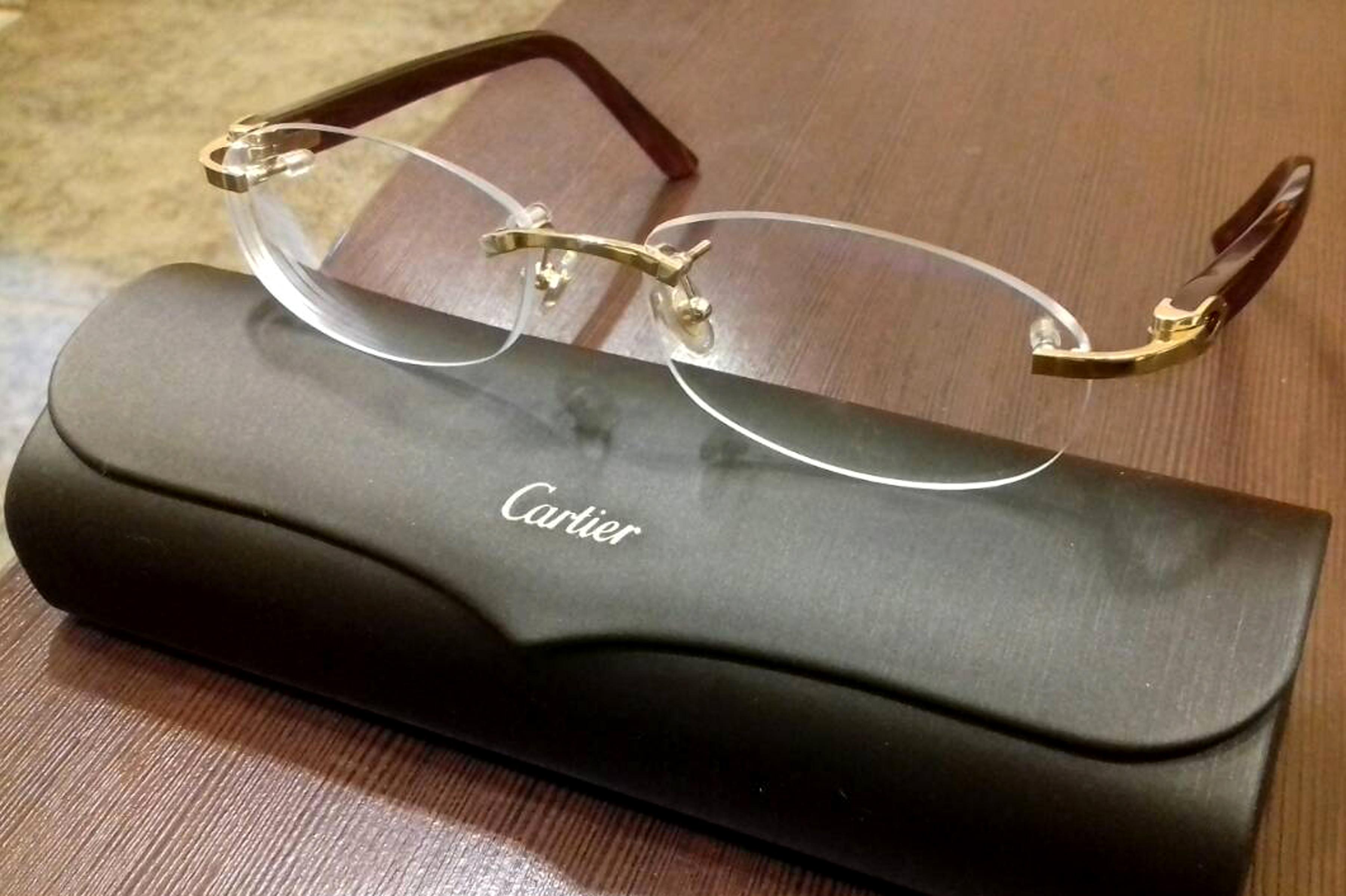Раскручивается болт на очках